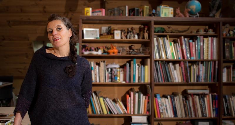 Illustrator en auteur Gerda Dendooven voelt zich als God in haar atelier